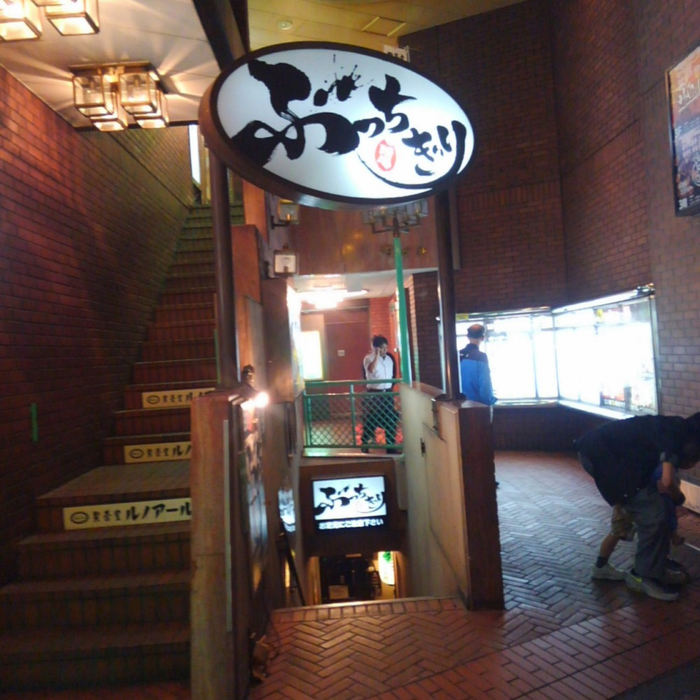 ぶっちぎり酒場(西武新宿) 楽しい隠れ家は地下にあり!焼鳥盛合せに舌鼓。